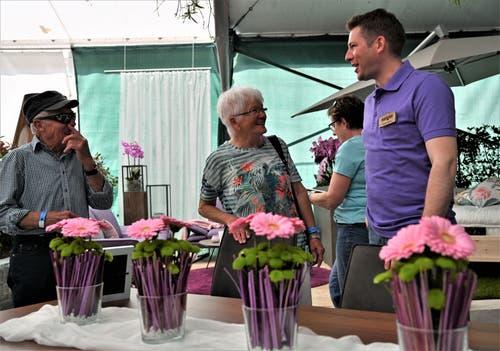 """An der Iheimisch"""" kann man es wie hier Fabian Ehrler von der Gärtnerei Kuster Stans auch durch die Blume sagen. (Bild: Romano Cuonz, 31. Mai 2019)"""