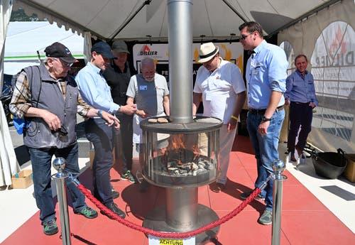 Für die Aussentemperaturen vielleicht doch etwas gar warm: Der Grillofen der Sarner Firma Dillier Feuer und Platten. (Bild: Romano Cuonz, 31. Mai 2019)