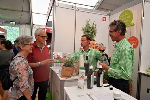 Aussendienst-Mitarbeiter Geri Helfenstein (rechts) von der Sarner Nahrin freut sich, dass er an der Iheimisch Markus und Vreni Achermann, zwei seiner über 1000 Kunden persönlich trifft. (Bild: Romano Cuonz, Buochs, 31.5.2019)