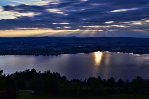 Ein spannendes Lichtspiel zwischen Sonne und Wolken. (Bild: Ernst Roher, Zug, 30. Mai 2019)