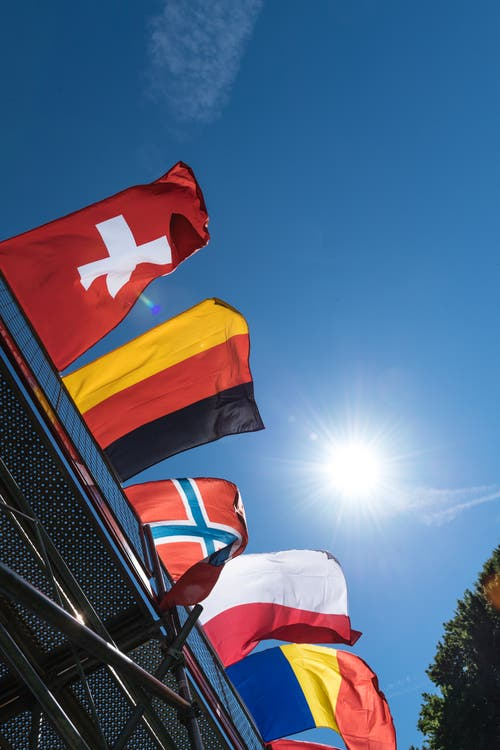 Ruder-EM heisst auch immer Vereinigung Dutzender verschiedener Nationen, wie diese Ansammlung von Flaggen auf dem Rudergelände eindrücklich zeigt. (Bild: Roger Grütter, Luzern, 31. Mai 2019)