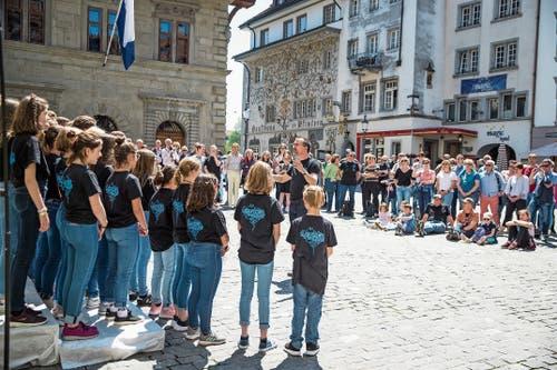 Der Jugendchor Malters sang auf dem Mühlenplatz, etwa sein eigenes Lied «Salamibrot». (Bild: Bilder: Manuela Jans-Koch (30. Mai 2019))