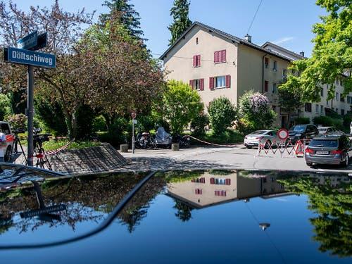 In einem Haus am Döltschiweg fielen am Freitag mehrere Schüsse. Drei Personen sind laut der Polizei tot. (Bild: KEYSTONE/ENNIO LEANZA)