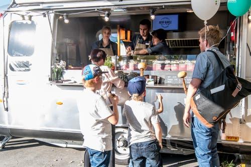 Bei diesem Truck gibt es Burger und Fleisch am Spiess. (Bild: Nadia Schärli, 30. Mai 2019)