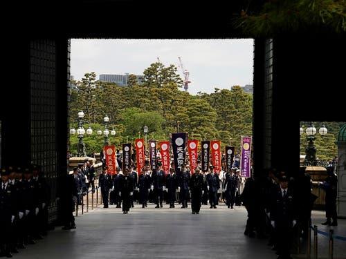 Durch ein Riesentor in den Palast: Die Menge beim Eintritt. (Bild: KEYSTONE/EPA/FRANCK ROBICHON)