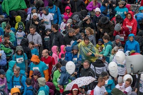 Die Läufer warten in der Bahnhofstrasse, bis es losgeht. (Bild: Nadia Schärli, 4. Mai 2019)