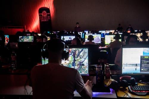 Die Spielauswahl reicht vom strategischen Fantasyspiel «League of Legends» bis zum Taktikshooter «Counter Strike: Global Offensive». (Bild: Nadia Schärli, Sursee, 3. Mai 2019)