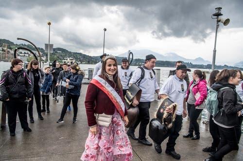 Die Repräsentanten der Gastregion Weggis, Vitznau und Rigi mit Nauen kommen in Luzern an. (Bild: Nadia Schärli, 4. Mai 2019)