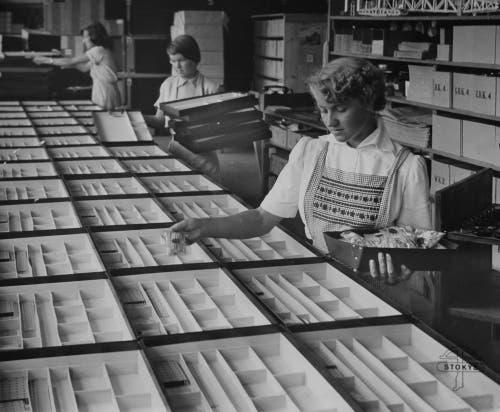 Eine Mitarbeiterin füllt die sogenannten Grundkästen auf. (Bild: Stokys Systeme AG)