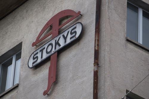 Das Logo der Firma Stokys ist noch heute auf dem Gebäude der ehemaligen Produktionsstätte im Luzerner Maihofquartier angebracht. (Bild: Nadia Schärli, Luzern, 3. Mai 2019)
