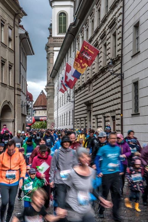 Trotz kalten Temperaturen rennen zahlreiche Läufer am Stadtlauf mit. (Bild: LZ, 4. Mai 2019)