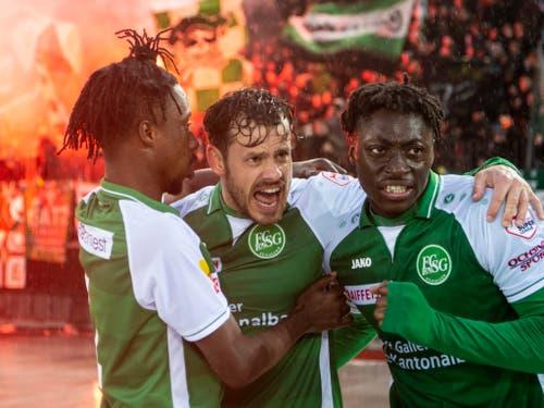 Torschütze Tranquillo Barnetta (Mitte) und die St. Galler feiern das 1:0 (Bild: KEYSTONE/ENNIO LEANZA)