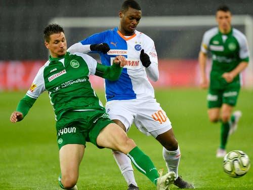 St. Gallens Innenverteidiger Milan Vilotic stoppt Julien Ngoy (Bild: KEYSTONE/WALTER BIERI)