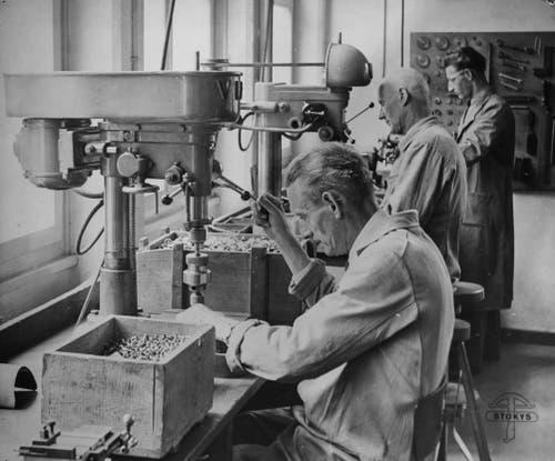 Damals wie heute: Die Produktion wird in Handarbeit vollzogen. (Bild: Stokys Systeme AG)