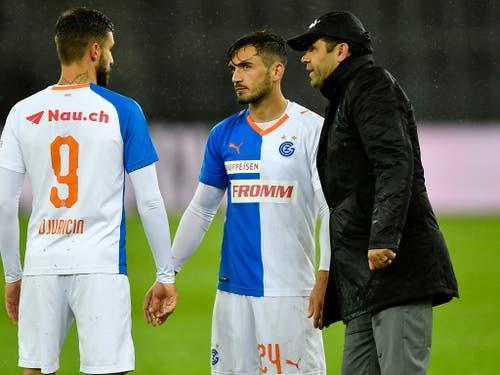 Uli Forte spricht seinen Spielern Marco Djuricin und Bujar Lika nach dem Schlusspfiff gut zu (Bild: KEYSTONE/WALTER BIERI)