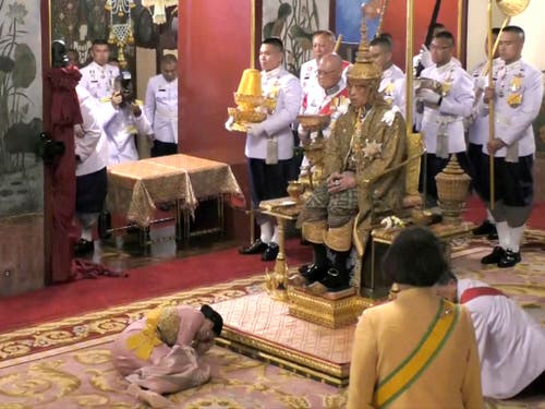 Ehrbezeugung vor dem Thron: Thailands Königin Suthida nach der Krönung ihres erst vor kurzem angetrauten Ehemanns. (Bild: KEYSTONE/AP Thai TV Pool)