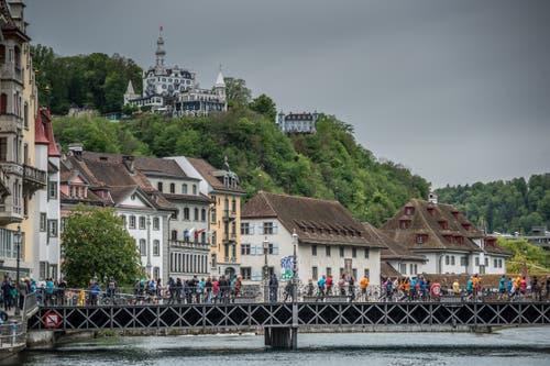 Die Läufer überqueren die Brücke und gelangen in die Altstadt. (Bild: Pius Amrein, 4. Mai 2019)