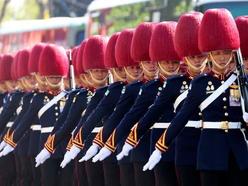 Die königliche Garde marschiert vor dem Palast in Bangkok auf. (Bild: KEYSTONE/AP/SAKCHAI LALIT)