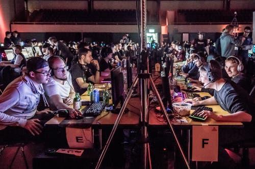 Games wie «Leage of Legends» oder «Counter Strike» lockten gestern 512 Gamer in die Surseer Stadthalle. (Bild: Nadia Schärli, Sursee, 3. Mai 2019)