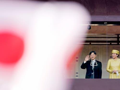 Winken vom Palastbalkon: Japans Kaiser Naruhito und Kaiserin Masako begrüssen Gratulanten beim ersten öffentlichen Auftritt im Amt. (Bild: KEYSTONE/EPA/FRANCK ROBICHON)