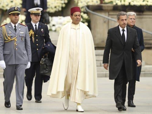 Der Sohn von König Hassan II., Prinz Moulay Rachid von Marokko (M.), wird begleitet vom früheren französischen Ministerpräsidenten Nicolas Sarkozy (r.). (Bild: Keystone/AP/FRANCISCO SECO)