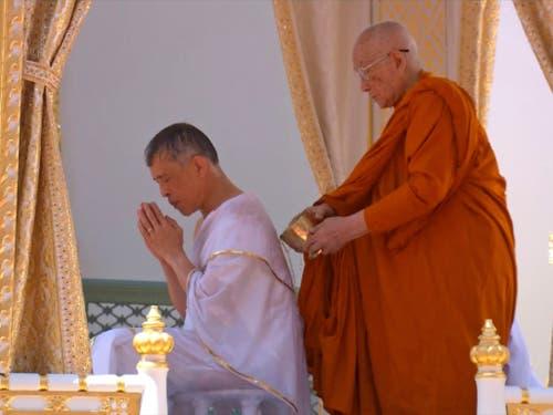 Gebet beim Reinigungsritual: Thailands neuer König Maha Vajiralongkorn vor der Krönung. (Bild: KEYSTONE/AP Thai TV Pool)