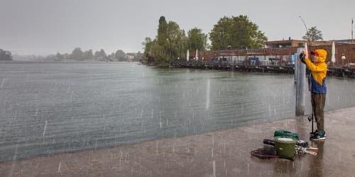 Der Knabe steht mit seiner Fischerrute am Pier im Hafen von Zug und lässt sich nicht vom Wetter beeindrucken. (Bild: Rosa-Maria Kramer, Zug, 5. Mai 2019)