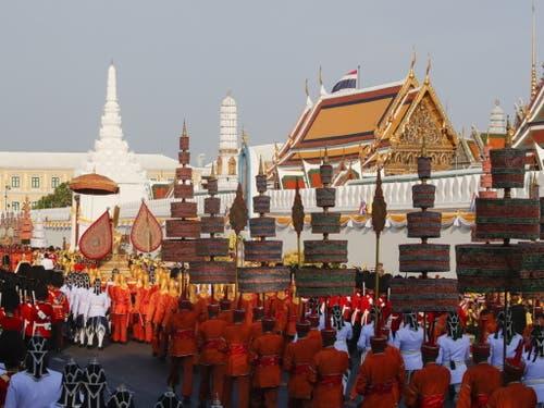 Gesamtansicht auf die Prozession mit König Maha Vajiralongkorn auf der goldenen Sänfte. (Bild: Keystone/EPA/DIEGO AZUBEL)