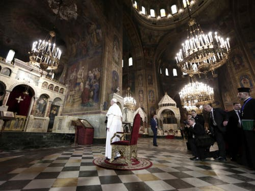 Der Papst seht vor dem Thron der Heiligen Kyril und Methodius in der Alexander Nevsky Kathedrale in Sofia. (Bild: Keystone/AP REUTER POOL/YARA NARDI)