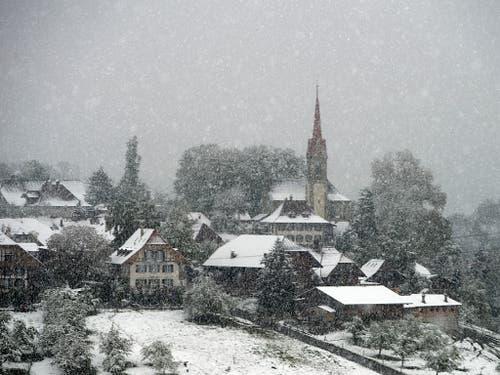 Schneegestöber am Sonntag: Sicht auf die Gemeinde Kirchdorf BE. (Bild: KEYSTONE/PETER SCHNEIDER)
