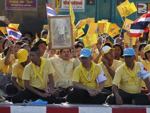 Die Regierung hatte die Bevölkerung aufgefordert, zu Ehren des Königs Gelb zu tragen. (Bild: Keystone/EPA/RUNGROJ YONGRIT)