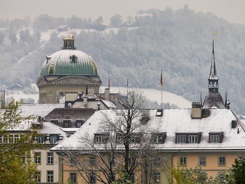 Historische Schneemenge im Mai: Bern mit der Bundeshauskuppel am Sonntagmorgen. (Bild: KEYSTONE/ALESSANDRO DELLA VALLE)