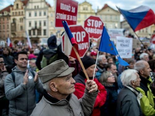 In Tschechien sind am Montagabend erneut Tausende Menschen auf die Strasse gegangen. Sie demonstrieren gegen den Premierminister Andrej Babis. (Bild: KEYSTONE/EPA/MARTIN DIVISEK)