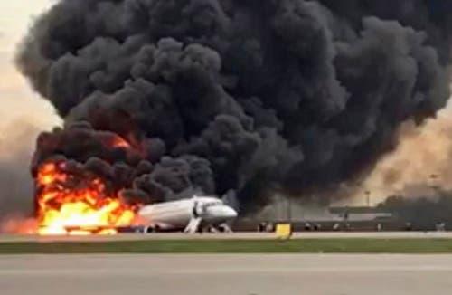 Bei der Notlandung einer russischen Passagiermaschine auf dem Moskauer Flughafen Scheremetjewo sind am Sonntag 41 Menschen ums Leben gekommen. (Bild: KEYSTONE/EPA SLEDCOM.RU/RUSSIAN INVESTIGATIVE COMMITTEE / HANDOUT)