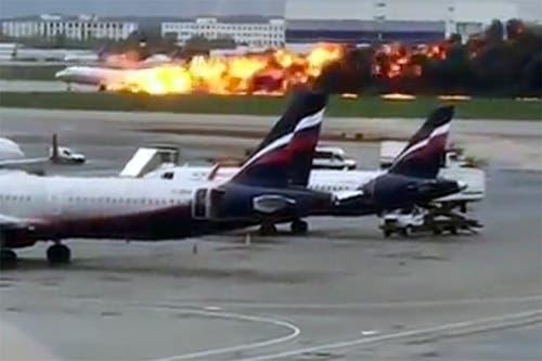 Mehrere Menschen im Flughafen filmten die Notlandung. (@artempetrovich via AP)