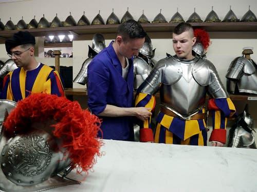 Ein Rekrut wird für die Vereidigung von einem Helfer eingekleidet. (Bild: KEYSTONE/AP/GREGORIO BORGIA)