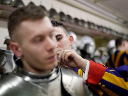 Zwei Rekruten bereiten sich auf die Vereidigung vor. (Bild: KEYSTONE/AP/GREGORIO BORGIA)