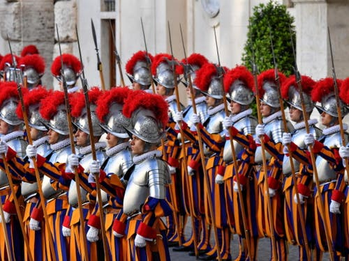 Die vereidigten Mitglieder der päpstlichen Schweizer Garde. EPA/ALESSANDRO DI MEO (Bild: Keystone/EPA/ALESSANDRO DI MEO)