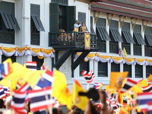 Thailands frisch gekrönter König Maha Vajiralongkorn hat sich am Montag in Bangkok erstmals in einer kurzen Ansprache ans Volk gewandt. Vom Balkon des Grossen Palastes aus dankte er für die vielen guten Wünsche. (Bild: KEYSTONE/EPA/NARONG SANGNAK)