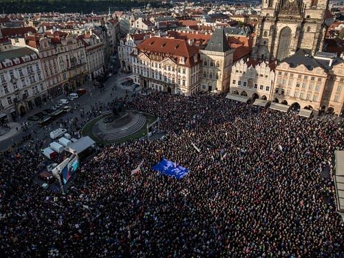 Die Demonstranten forderten auf dem Altstädter Ring in Prag auf Spruchbändern eine unabhängige Justiz und den Rücktritt des 64-Jährigen. (Bild: KEYSTONE/EPA/MARTIN DIVISEK)