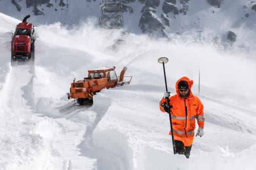 Werner Gnos mit einem GPS-Vermessungsgerät bei den Schneeräumungsarbeiten auf dem Gotthardpass. (Bild: Alexandra Wey / Keystone, 6. Mai 2019)