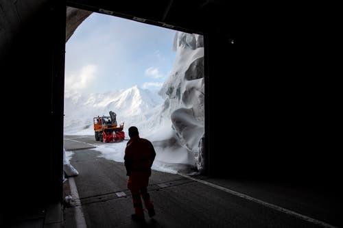 Meterhoch türmen sich die Schneemassen vor einer Galerie. (Bild: Alexandra Wey / Keystone, 6. Mai 2019)