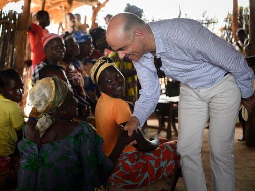 In Kaga-Bandoro hat Alain Berset auf seiner Reise in die Zentralafrikanische Republik ein Lager für Vertriebene besucht. (Bild: KEYSTONE/ANTHONY ANEX)