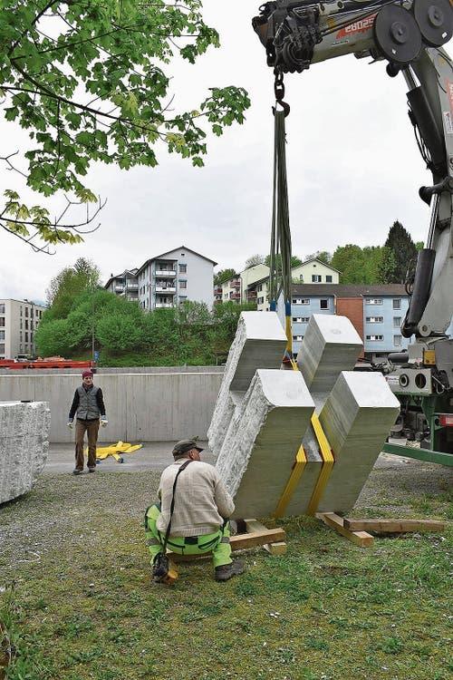 Über 30 Tonnen Stein hat die 65-jährige Künstlerin zu Freiluftmöbeln verarbeitet.