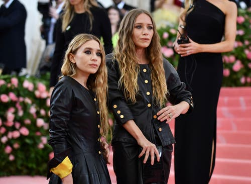 Ashley Olsen (links) and Mary-Kate Olsen an der Met Gala in New York. (Bild: Charles Sykes/Invision/AP)