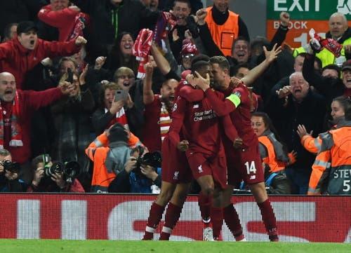 Die Liverpool-Spieler feiern ihren Georginio Wijnaldum. (Bild: Neil Hall / EPA)
