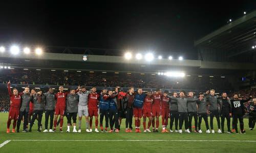 Die Liverpool-Spieler mit Xherdan Shaqiri (ganz links) jubeln mit ihren Fans. (Bild: Peter Byrne / AP)