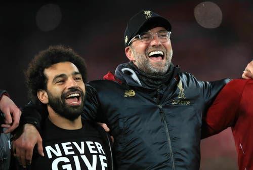 Mohamed Salah (links) und Trainer Jürgen Klopp singen You'll never walk alone... (Bild: Peter Byrne / AP) ...