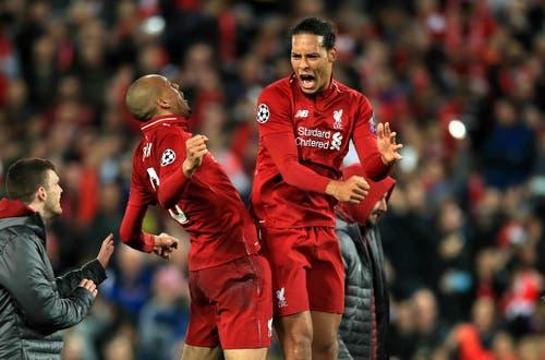 Die Liverpool-Spieler Fabinho (links) und Virgil van Dijk feiern nach dem Schlusspfiff. (Bild: Peter Byrne / AP)