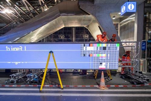 Die digitale Anzeige wird ab Anfang Juni Informationen zu Bus-, Bahn- und Schiffverbindungen anzeigen. (Bild: Urs Flüeler/Keystone, Luzern, 8. Mai 2019)